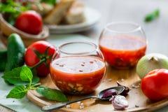 Tomate gazpacho Suppe in zwei Glasschalen Stockfotografie