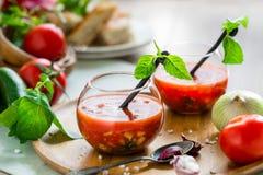 Tomate gazpacho Suppe in zwei Glasschalen Lizenzfreie Stockbilder