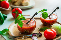 Tomate gazpacho Suppe in zwei Glasschalen Lizenzfreie Stockfotos