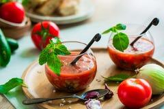 Tomate gazpacho Suppe in zwei Glasschalen Lizenzfreies Stockbild