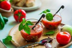 Tomate gazpacho Suppe in zwei Glasschalen Stockfoto