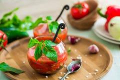 Tomate gazpacho Suppe in zwei Glasschalen Stockbild