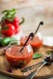 Tomate gazpacho Suppe in zwei Glasschalen Stockbilder