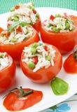 Tomate gefüllt mit Thunfisch stockbilder