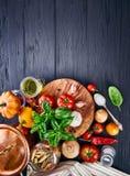 Tomate italienne de basilic de vue supérieure de pâtes de nourriture Photos libres de droits