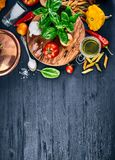 Tomate italienne de basilic de vue supérieure de pâtes de nourriture Images libres de droits