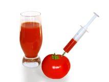 Tomate - jugo dispensador de aceite y un vidrio del jugo de tomate. Fotos de archivo