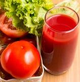 Tomate Juice Drink Shows Refresh Thirsty e rafrescamentos imagem de stock