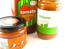 Tomate-Ketschup Bewohner von Bolognese und Salsa-Gläser auf weißem B Lizenzfreie Stockbilder