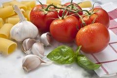 Tomate-Knoblauch-Basilikum-Teigwaren-Nahrung Stockfoto