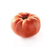 Tomate mûre appétissante avec des gouttes de l'eau sur un fond blanc Photo libre de droits