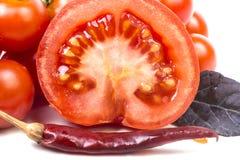 Tomate mûre coupée en tranches avec le poivre Photo stock