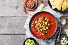 Tomate mexicano, feijão, sopa da pimenta de sino na bacia imagem de stock