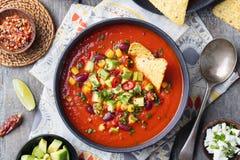 Tomate mexicano, feijão, sopa da pimenta de sino na bacia imagens de stock royalty free