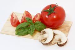 Tomate mit Basilikum Lizenzfreie Stockbilder