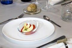 Tomate mit dem Mozzarella gerochen mit Rosmarin oill für Aperitif stockbilder