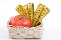 Tomate mit einem messenden Band Stockfotografie