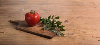 Tomate mit Liebstöckel Lizenzfreie Stockbilder