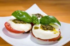 Tomate, Mozarella, Basilikum Stockfoto