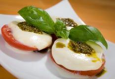 Tomate, Mozarella, Basilikum Stockfotos