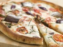 Tomate-Mozzarella-Auberginen-Pizza Stockbilder