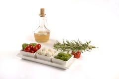 Tomate, mozzarella et basilic, avec du vinaigre et le romarin Photos stock