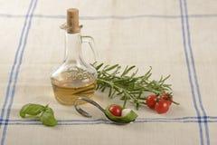 Tomate, mozzarella et basilic avec une bouteille de vinaigre et de romarin Photos libres de droits