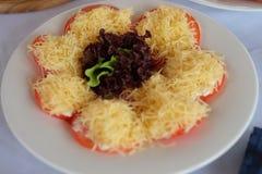 Tomate, mozzarella y albahaca caprese de la ensalada Imagen de archivo