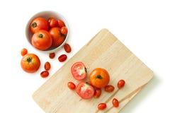 Tomate na bacia e no bloco de desbastamento Fotografia de Stock Royalty Free