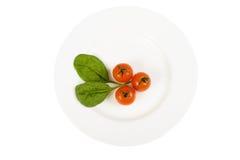 Tomate na placa Imagens de Stock