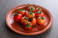 Tomate na placa marrom Imagem de Stock