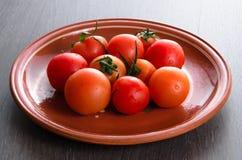 Tomate na placa marrom Imagens de Stock Royalty Free