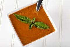 Tomate orgánico Basil Soup en el fondo blanco Imagen de archivo libre de regalías