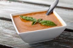 Tomate orgánico Basil Soup en la tabla resistida del granero Fotografía de archivo libre de regalías