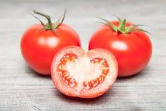 Tomate på grå färgtabellen Arkivfoto