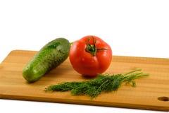 Tomate, pepino y eneldo en un fondo blanco Imagen de archivo