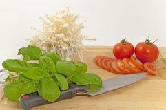 Tomate-Pilze und Basilikum Stockfotos