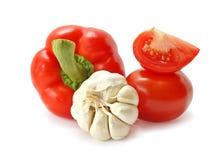 Tomate, pimenta e alho em um fundo branco Fotografia de Stock Royalty Free