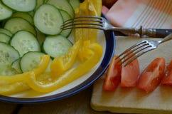 Tomate, pimienta y pepino de cosecha propia en la tabla rústica Imágenes de archivo libres de regalías