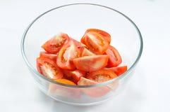 Tomate rebanado en el tazón de fuente de cristal Foto de archivo libre de regalías