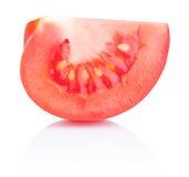 Tomate rojo de la rebanada jugosa aislado en el fondo blanco imagen de archivo