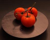 Tomate rojo en pizarra Foto de archivo