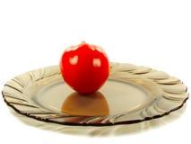 Tomate rojo en una placa Imagen de archivo
