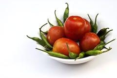 Tomate rojo y pimienta de chile verde, verduras esenciales para la comida mexicana fotos de archivo libres de regalías