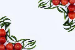 Tomate rojo y pimienta de chile verde, verduras esenciales para la comida mexicana imagenes de archivo