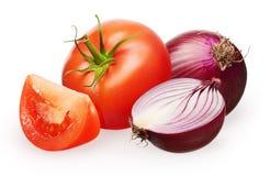 Tomate rouge avec la feuille verte, tranche, oignon et demi non épluchés Images libres de droits