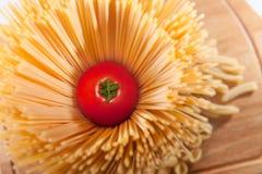 Tomate rouge fraîche à l'intérieur des pâtes de spaghetti photographie stock libre de droits