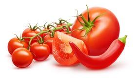 Tomate rouge, tranche, branche de cerise et poivre de piment Image stock