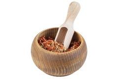 Tomate sèche avec l'ail et basilic dans la cuvette en bois Image libre de droits