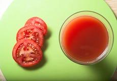 Tomate-Saft und Scheiben von oben Lizenzfreies Stockfoto